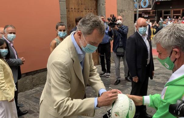 """El Rey firma un balón en Canarias: """"No tengo por costumbre hacerlo en uno"""""""