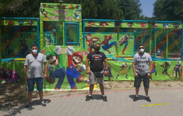 Jesús (centro) junto a Valen (derecha) y Antonio (izquierda) esperando poder abrir sus atracciones en Hortaleza