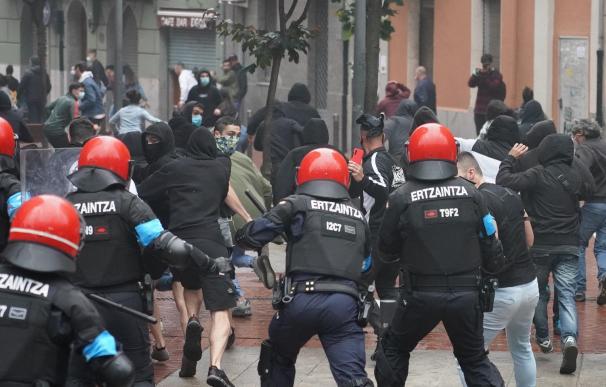 Agentes de la Ertzaintza cargan contra un grupo de radicales que intentan boicotear un mitin del presidente de Vox, Santiago Abascal