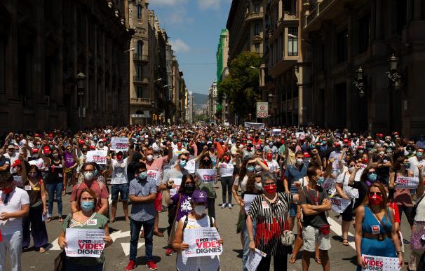 Momento de la manifestación convocada por los sindicatos CCOO, UGT, y USOC en la Vía Laietana de Barcelona