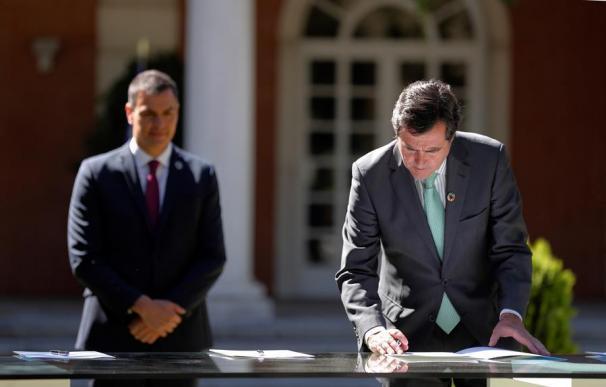Antonio Garamendi firma el Pacto para el Empleo en presencia de Pedro Sánchez