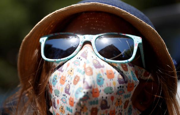 Calor temperaturas altas el tiempo mujer gafas sol sombrero mascarilla