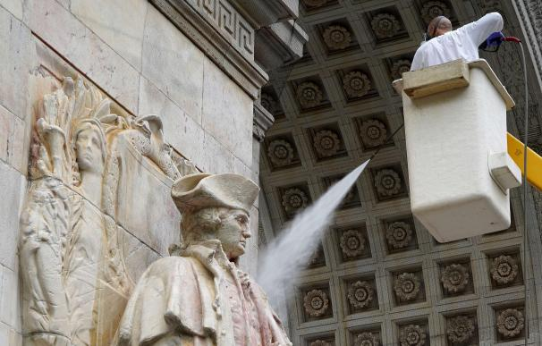 Un operario limpia una estatua de George Washington, quien siempre defendió el papel clave de España para la independencia.