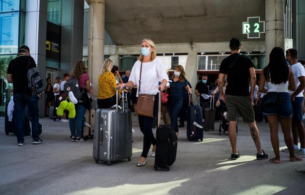 Viajero maletas aeropuerto llegadas mascarilla coronavirus Palma de Mallorca