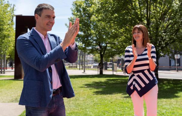 El presidente del Gobierno, Pedro Sánchez, junto a Idoia Mendia en Bilbao.