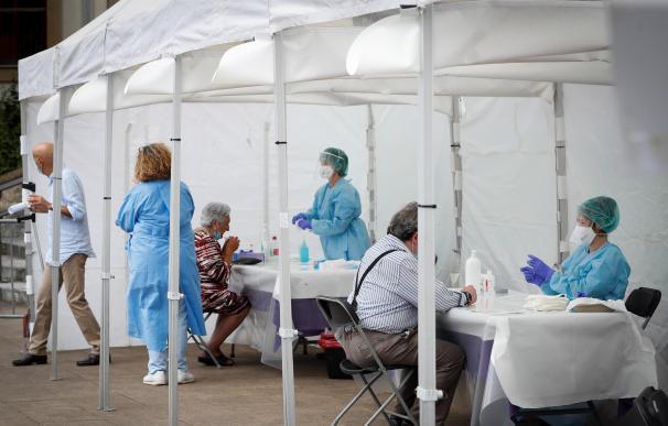 Vecinos de Ordizia (Gipuzkoa) han acudido este lunes a las carpas instaladas para realizar pruebas PCR a todas las personas que hayan pasado por los locales de hostelería de la calle Etxezarreta
