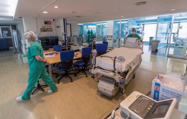 Enfermeros y médicos en una UCI.