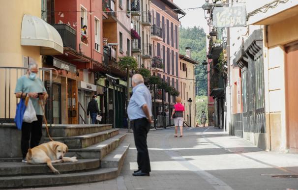 Vecinos de Ordizia conversan en la calle Etxezarreta donde se originó el brote de esta localidad guipuzcoana