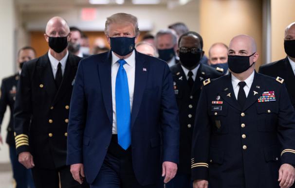 Trump aparece por primera vez con mascarilla en su visita a un centro médico militar