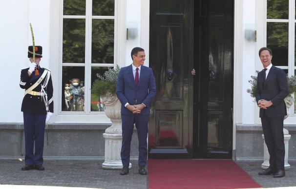 Sánchez pincha en Holanda y reclama ayuda a Merkel para doblegar a los 'frugal four'