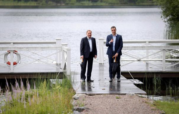 El presidente del Gobierno, Pedro Sánchez (d) se reúne con el primer ministro sueco, Stefan Löfven (i) en su residencia vacacional de Harpsund