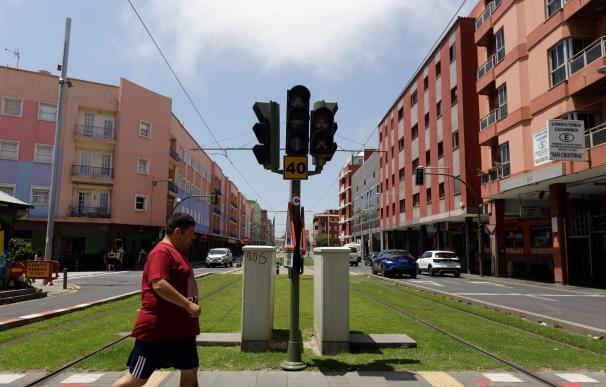 Un peatón cruz una calle de La Laguna (Tenerife) donde permanecen apagados los semáforos durante el apagón eléctrico que ha afectado este miércoles a la isla de Tenerife
