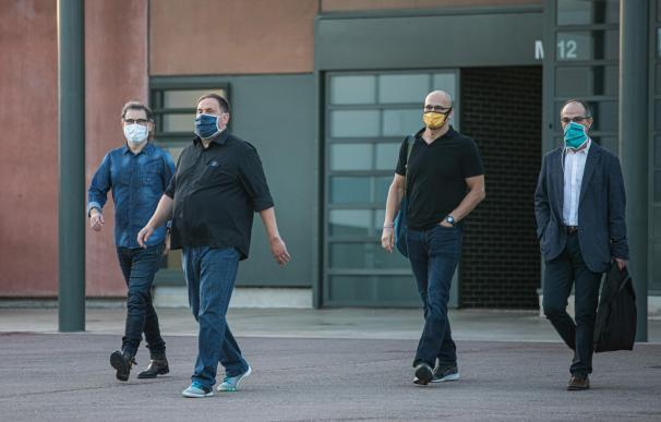 El presidente de Òmnium Cultural, Jordi Cuixat (izquierda); el líder de ERC, Oriol Junqueras; y los exconsellers Raül Romeva y Jordi Turull (derecha) salen a las 6.55 horas de la mañana de este viernes de la prisión de Lledoners, en Sant Joan de Vilatorrada (Barcelona) JORDI CUIXAT;ORIOL JUNQUERAS;RAÃœL ROMEVA;JORDI TURULL;LLEDONERS;SANT JOAN DE VILATORRADA;BARCELONA. 17/7/2020
