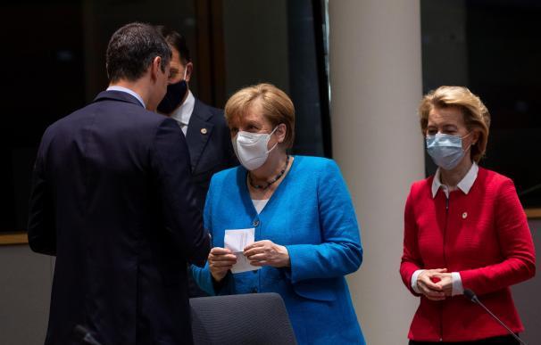 El presidente del Gobierno Pedro Sánchez saluda a la canciller alemana Angela Merkel