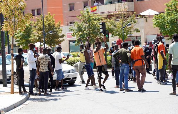 Cien inmigrantes se saltan restricciones y cortan Circunvalación de Albacete
