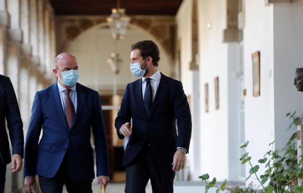 El líder del PP, Pablo Casado (d) y Luis de Guindos, vicepresidente del Banco Central Europeo,