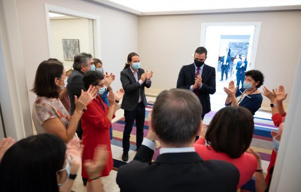 El Consejo de Ministros recibe entre aplausos a Sánchez tras el pacto en la UE