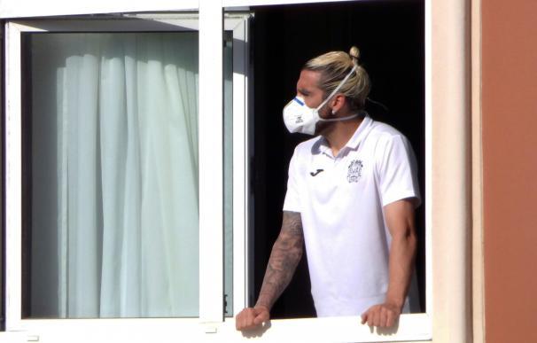 En la imagen, el jugador del Fuenlabrada Chico Flores, se asoma este miércoles a una ventana del hotel Finisterre donde permanecen confinados.