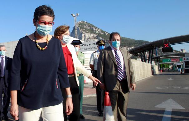 La ministra de Exteriores, Arancha González Laya, durante su visita a la valla entre La Línea y Gibraltar