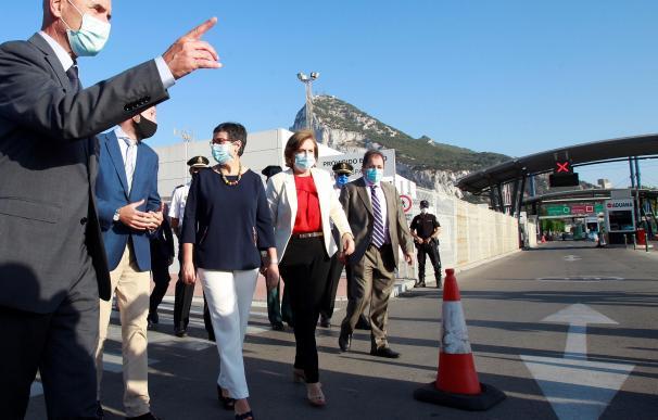 La ministra de Exteriores, Arancha González Laya, durante su visita a la valla entre La Línea y Gibraltar.