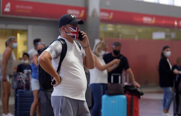 Un turista británico espera su vuelo antes de regresar al Reino Unido tras la decisión de imponer una cuarentena a quien regrese de España