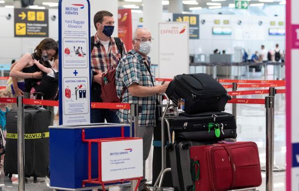 Turistas, turismo coronavirus, aeropuerto, mascarillas, cuarentena