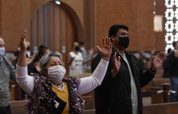 Coronavirus mundo mascarilla Brasil HANDOUT - 28 July 2020, Brazil, Sao Paulo: People wearing face masks attend the first mass to be held at the Basilica of the National Shrine of Our Lady of Aparecida, after gatherings were restricted at the world's second-largest Catholic church due to the coronavirus pandemic. Photo: Thiago Leon/Santuário Nacional de Aparecida/dpa - ATTENTION: editorial use only and only if the credit mentioned above is referenced in full 28/7/2020 ONLY FOR USE IN SPAIN