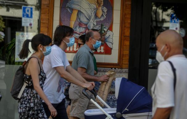 Transeúntes pasean por las calles de la capital, que junto a Canarias, es la única comunidad autónoma de España donde sigue sin ser obligatorio usar la mascarilla aún sin distancia interpersonal. En Madrid, (España), a 19 de julio de 2020. 19 JULIO 2020;MASCARILLA;OBLIGATORIA;COVID19;MADRID;COMUNIDAD AUTONOMA 19/7/2020