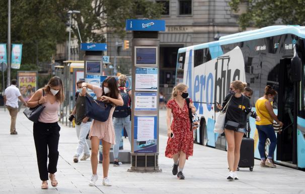 Ambiente en la plaza Cataluña de Barcelona inusualmente vacia de turistas durante las restricciones a causa de la pandemia por la Covid-19 que afectan a Cataluña.