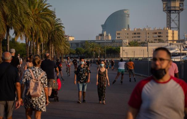 Imagen de ciudadanos paseando por Barcelona