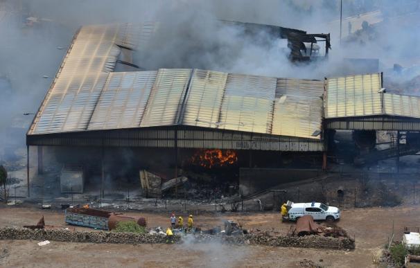 Confinan a la población afectada por incendio de una nave en El Hierro