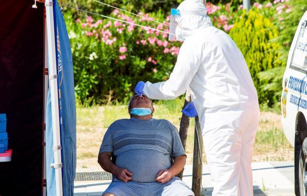 Un sanitario efectúa una prueba PCR a un hombre en Aranda de Duero.
