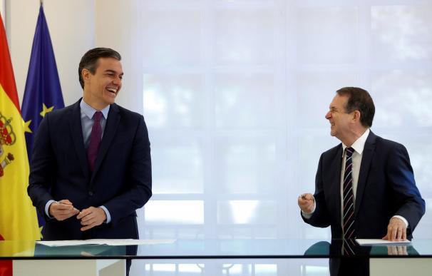 Pedro Sánchez junto a Abel Caballero, firma acuerdo Moncloa-FEMP