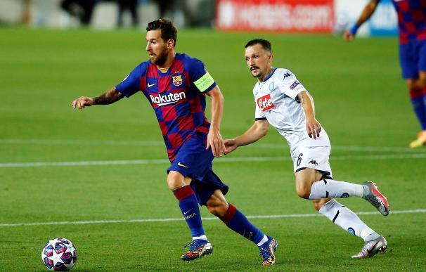 Leo Messi se marcha de un jugador del Nápoles en la vuelta de octavos de la Champions.