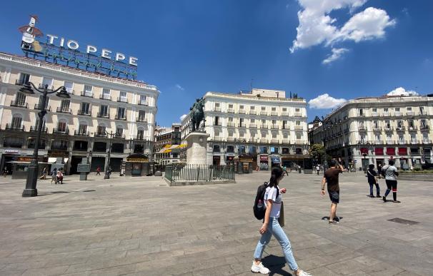 Una turista pasea por una Puerta del Sol prácticamente vacía.