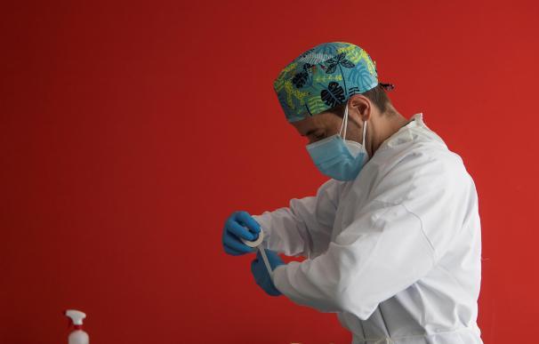 Un enfermero de urgencias del 061 se prepara para realizar los test PCR en la sede del 061 en Zaragoza. - coronavirus