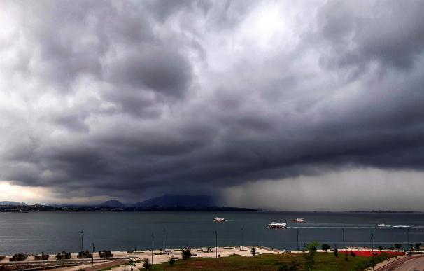 Nubes de tormenta este miércoles por la tarde en la Bahía de Santander. La Agencia Estatal de Meteorología (Aemet)