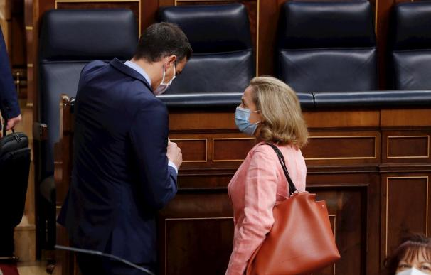 La vicepresidenta Calviño charla con el presidente Sánchez en el hemiciclo del Congreso