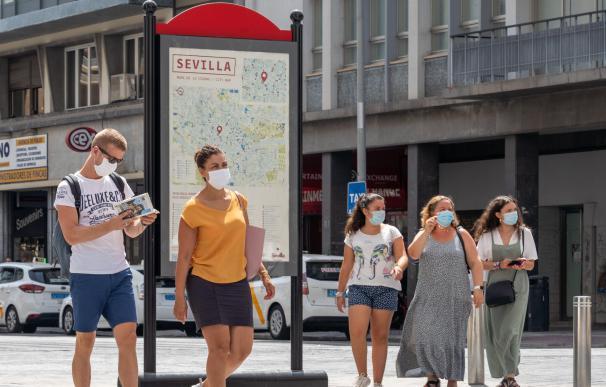 Varios turistas pasean por Sevilla durante el mes de agosto de 2020.