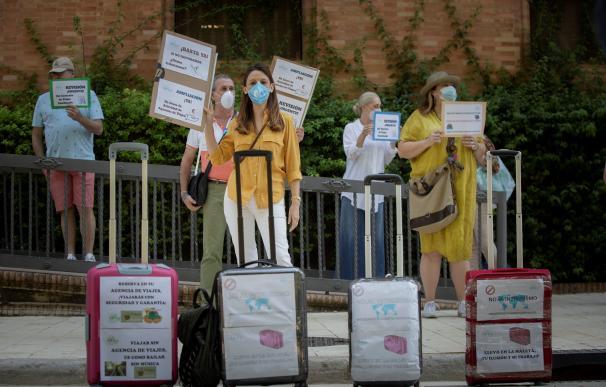Varios trabajadores de agencias de viajes protestan por su situación y la falta de ayudas públicas.