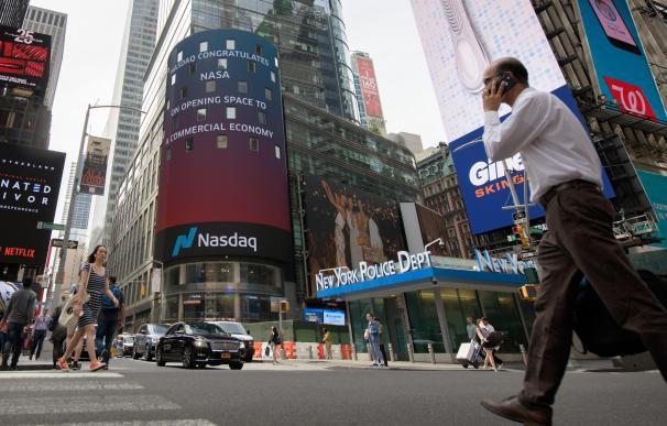 Imagen de una calle de Nueva York con el anuncio de Nasdaq.
