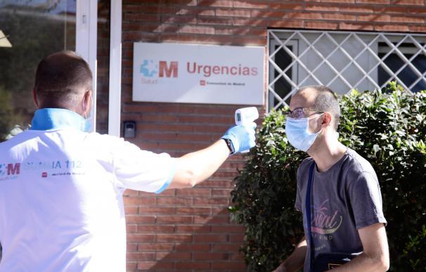Un ciudadano se somete a un control de temperatura en las pruebas aleatorias realizadas en Madrid.