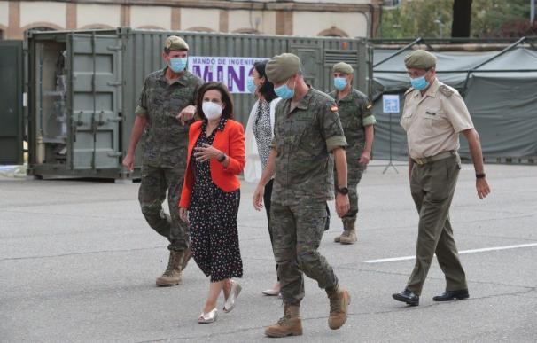 La ministra de Defensa, Margarita Robles, junto a varios mandos militares.