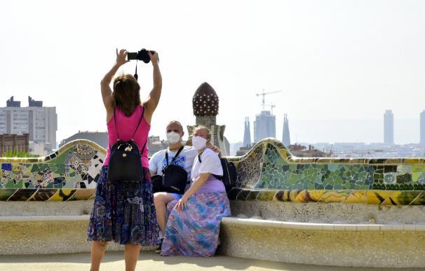 Dos turistas posan para hacerse una fotografía este verano en Barcelona.