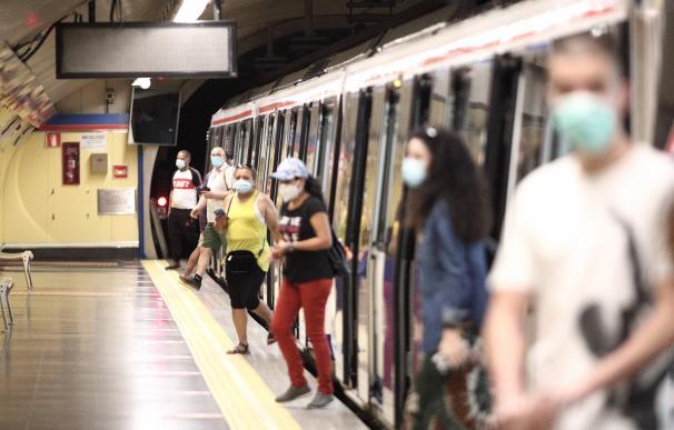 Varios usuarios descienden del Metro de Madrid durante el verano.