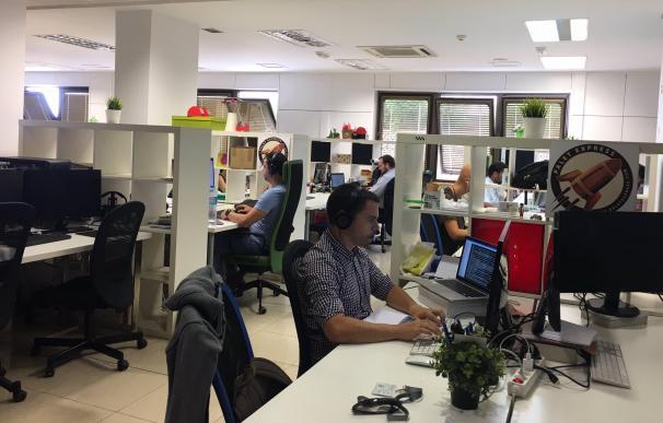 Varios trabajadores comparten oficina en un espacio de coworking.