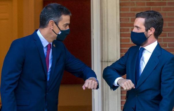 El presidente del Gobierno, Pedro Sánchez y el presidente del PP, Pablo Casado, se saludan con el codo en el Palacio de La Moncloa