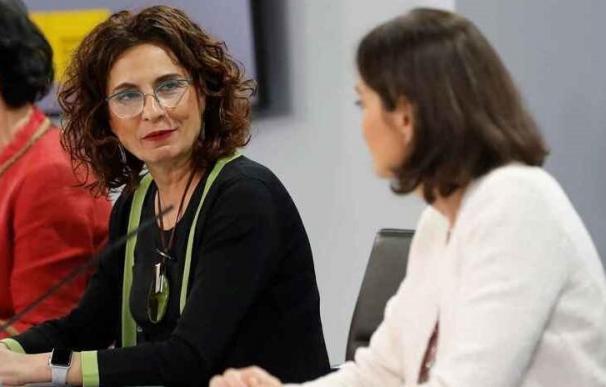 La ministra de Hacienda, María Jesús Montero, y la ministra de Industria, Reyes Maroto.