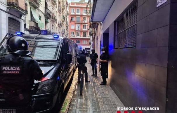 Desalojan un edificio de okupas en Barcelona Los Mossos d'Esquadra desalojan un edificio de pisos turístico en el barrio del Poble Sec de Barcelona, ocupado por un grupo de ladrones multireincidentes. En Barcelona, el 9 de septiembre de 2020. 9/9/2020