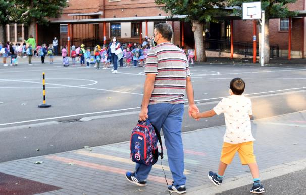 Curso escolar, padre hijo, coronavirus españa niño menor clase colegio
